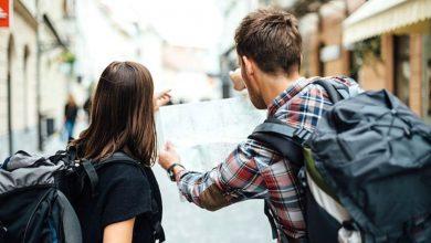 туристы с картой города, туризм