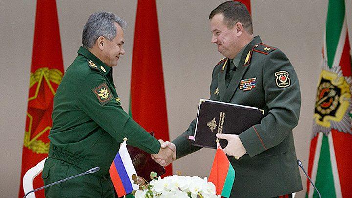 Министр обороны России Шойгу и Министр обороны беларуси Равков пожимают руки