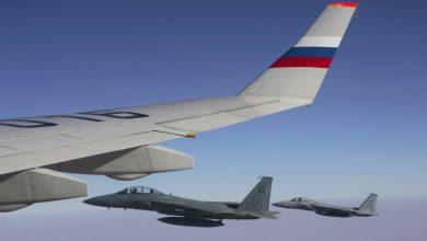 Крыло авиалайнера и боевое сопровождение