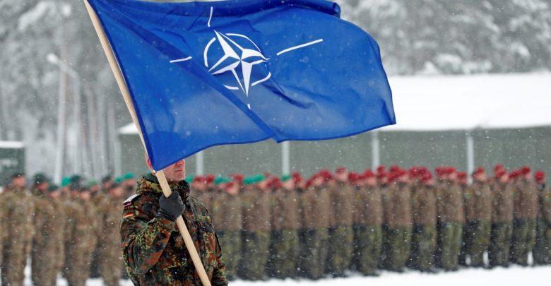 Солдат с флагом НАТО