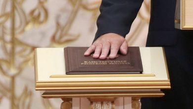Рука лежащая на конституции Беларуси