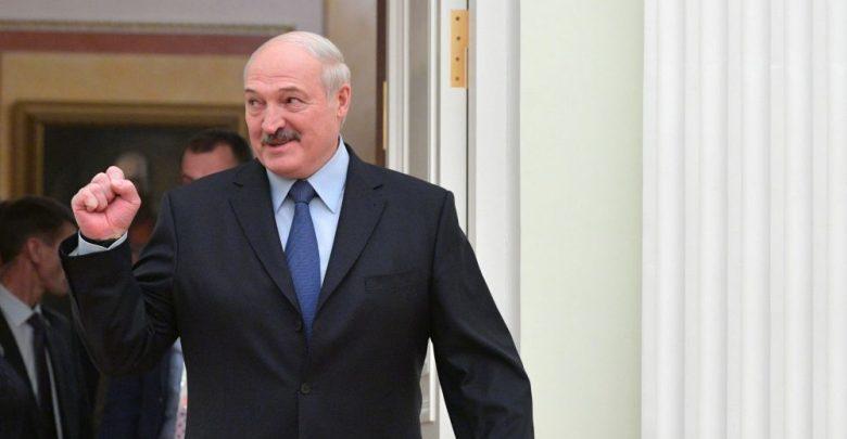 Довольный Александр Лукашенко жестикулирует