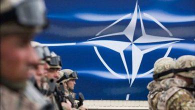 Солдаты на фоне полотнища НАТО