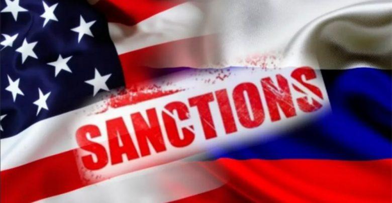 Флаги США и России с надписью санкции на английском