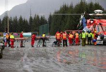 Пассажирам помогают выйти из спасательного вертолёта после спасения с круизного лайнера Viking Sky