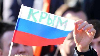 российский флаг в руках