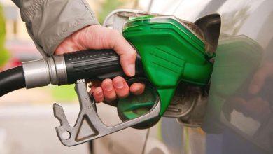 заправлять машину топливом