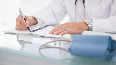 врач, доктор пишет в блокноте