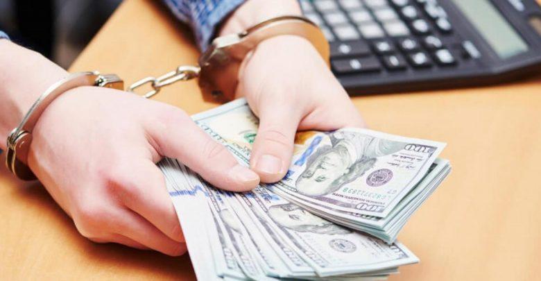 С долларами в наручниках