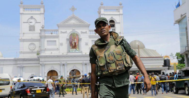 Военнослужащий Шри-ланки держит оцепления вокруг места терактов