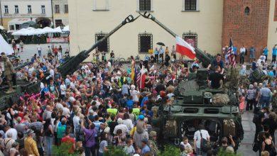 Польское население осматривает американскую бронетехнику