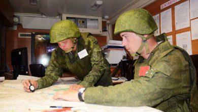 Двавоеннослужащх работают с картами