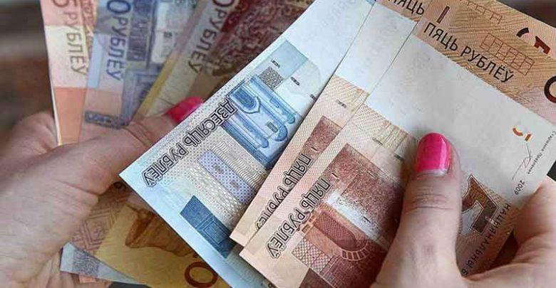 Женские руки считают деньги