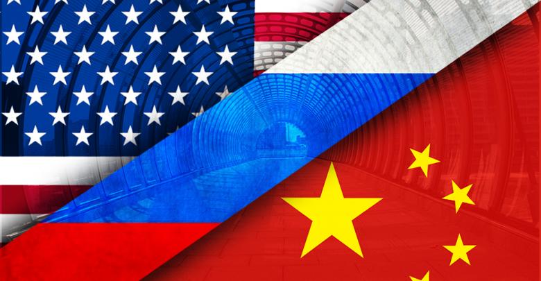 Флаги России, США и Китая на фоне тонеля