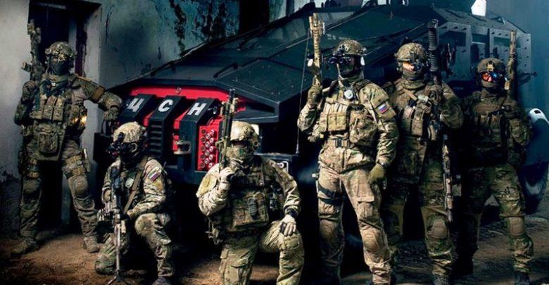 Бойцы спецподразделения позируют на фоне нойвой техники