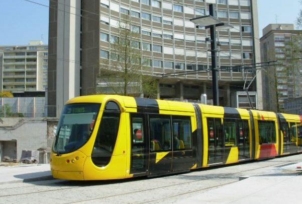 Скоростной трамвай жёлтого цвета на улице