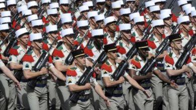 Военные франции маршируют на параде