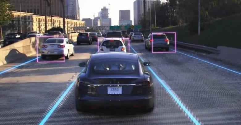 Роботизированная машина едет по проезжей части