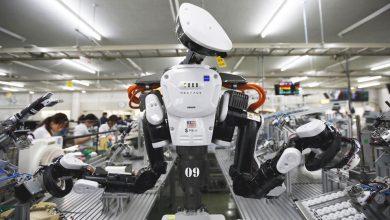 Робот помогает на производстве