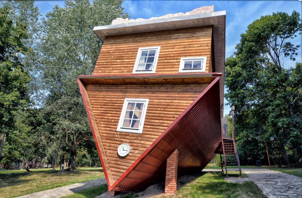 дом вверх дном в туристическом комплексе «Дукорскі маёнтак»
