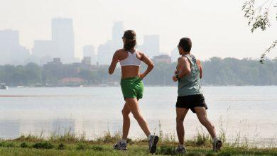 мужчина и менщина бегут, пробежка в городе