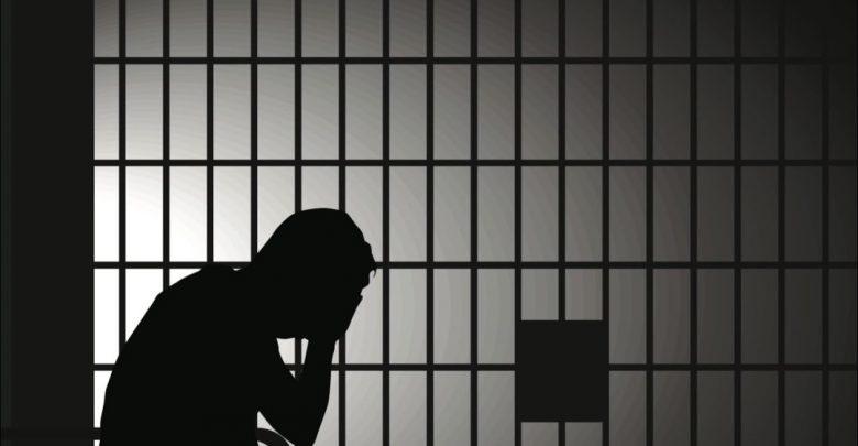 силуэт мужчины в камере, тюрьма