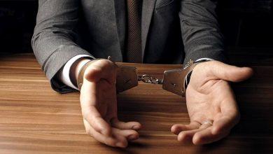 мужчина в наручниках, задержание