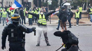 """Полиция применяет слезоточивый газ на акциях """"желтых жилетов"""" во Франции"""