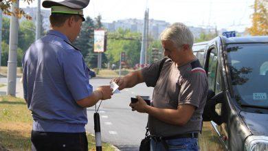 Сотрудник ГАИ проверяет документы у автомобилиста