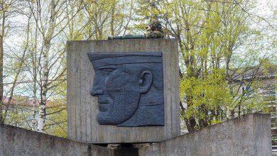 вояка НАТО залез с гранатометом на памятник павшим воинам
