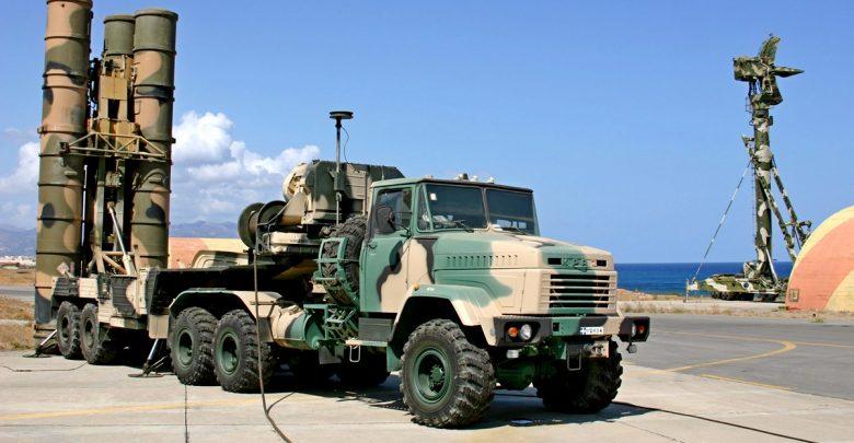 пускавая система ЗРК с-300 стоит на фоне неба и радарного комплекса
