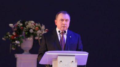 Владимир Макей выступает за трибуной