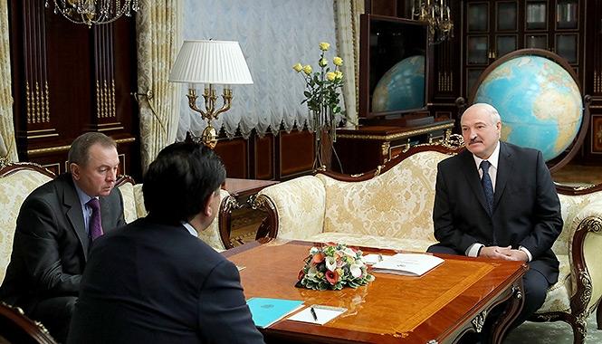 Александр Лукашенко и Владимир Макей на встрече с послом Казахстана