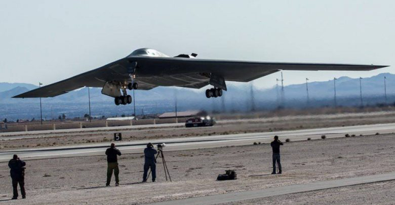 Бомбардировщик невидимка армии США взлетает с авиабазы