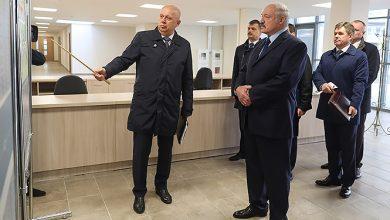 Мэр Минска покаывает план студеннческой деревни Александру Лукашенко