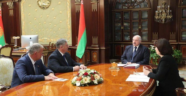 Лукашенко принимает чиновников в кабинете