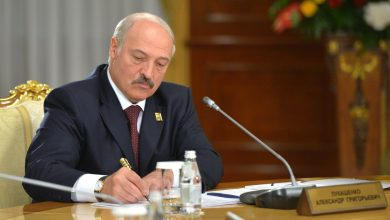 Президент Беларуси Лукашенко подписывает документ