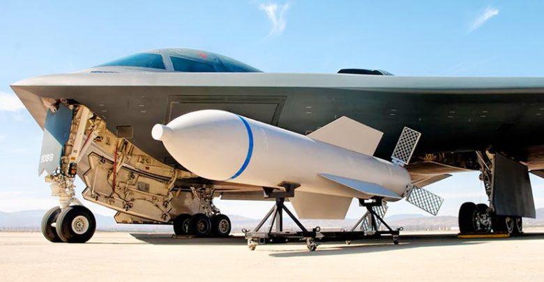 Авиабомба GBU-57 рядом с бомбардровщиком невидимкой