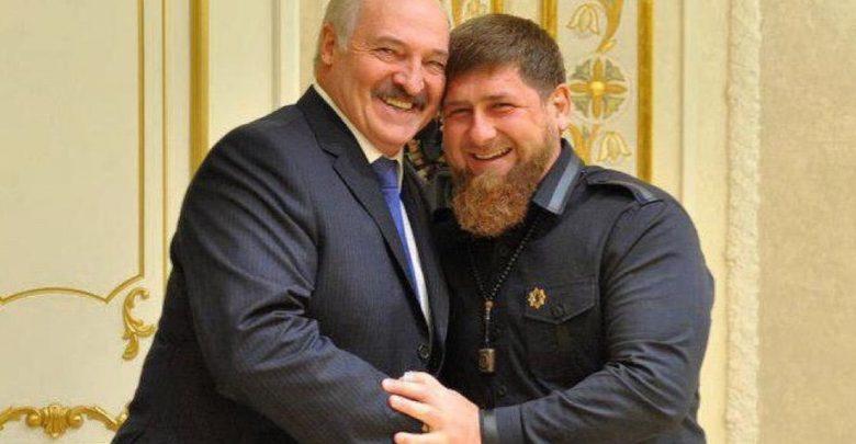Александр Лукашенко обнимается с Рамзаном Кадыровым
