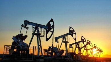 Нефляные вышки качают нефть