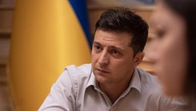 Президент Украины Зеленский на фоне государственного флага Украины