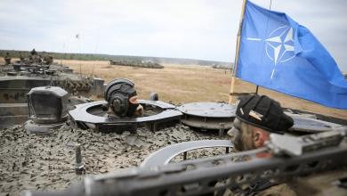 Солдаты нато выглядывают из люка танка
