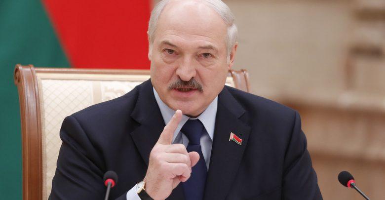 Александр Лукашенко грозит пальцем
