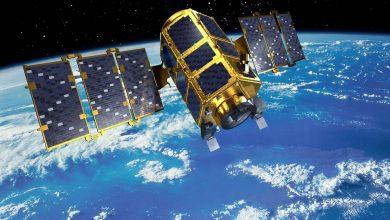 Спутник раскрывший солнечные панели на орбите Земли