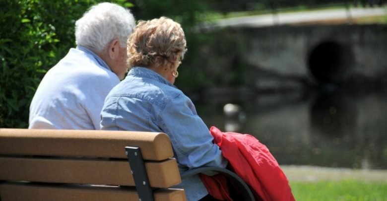 пенсионеры на скамейке