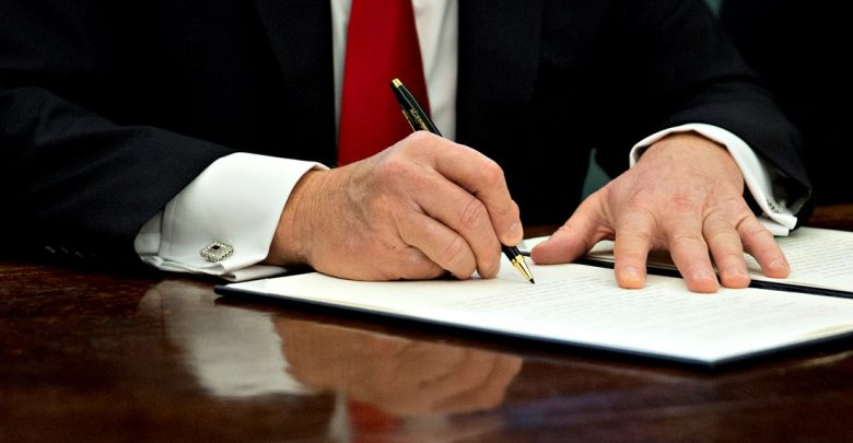 подписывать указ, подписывать документ