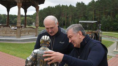 Photo of Лукашенко подарили статую хоккеиста
