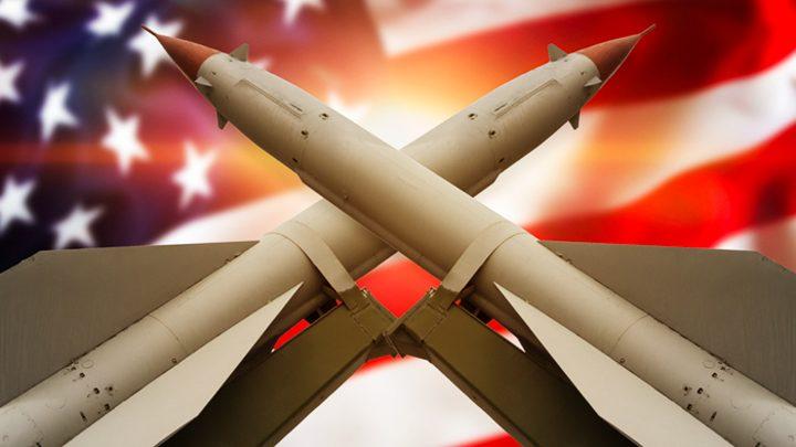 Ракеты скрещенные на фоне американского флага