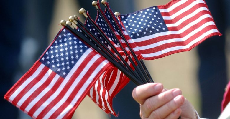 флаги сша в руках