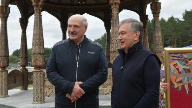 Photo of Лукашенко и Мирзиёев провели неформальную встречу  и обменялись подарками